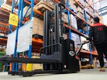 EP self loading forklift 2 ton straddle stacker 3m lift height for sale